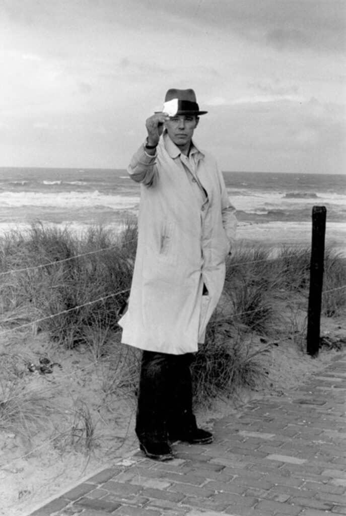 Joseph Beuys, Scheveningen, 1976, Foto: Caroline Tisdall.